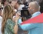 Bacio passionale ma per 'finta' tra Jennifer Lopez e Pitbull sotto lo sguardo 'divertito' di Casper Smart