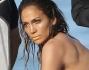 Jennifer Lopez cambia look: eccola con costume intero color salmone