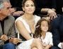 La Star latina della musica pop Jennifer Lopez non poteva mancare alla Fashion Week Parigina: eccola con il fidanzato Casper Smart e Emme avuta dal matrimonio con Marc Anthony