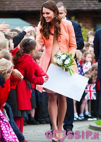 Kate Middleton ha indossato un abito cipria abbinato a un ...