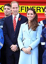 Kate Middleton con William in Galles mostra il pancino: foto