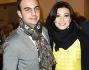 Roberta Lanfranchi dai colori primaverili sorride per i fotografi insieme al marito Emanuele Del Greco