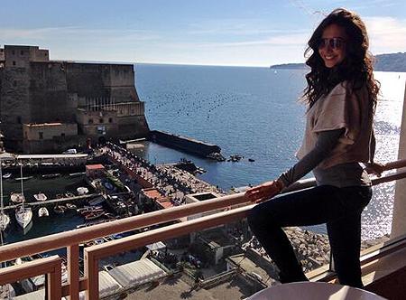 Laura Barriales in terrazza sul bellissimo porto di Napoli - Foto e ...