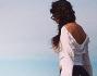 Laura Torrisi passeggia lungo il mare pensierosa