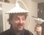 Leonardo Pieraccioni con un lampadario in testa, divertito si lascia fotografare da Laura