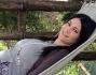 Manuela Arcuri, incinta del suo primo figlio, si rilassa sull'amaca