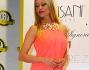 Martina Stella bellissima in abito rosa salmone con scollo all'americana impreziosito da perle ed ori