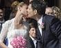 Fabrizio Frizzi e Carlotta Mantovan si baciano a favore di obiettivi