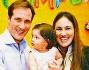 Maurizio Aiello insieme alla figlia Ludovica e alla moglie Ilaria davanti alla torta di Minnie