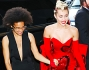 Miley Cyrus arriva all'evento insieme a Tyler Ford
