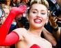 Miley Cyrus eccentricaha optato per un vestito a cuori rossi