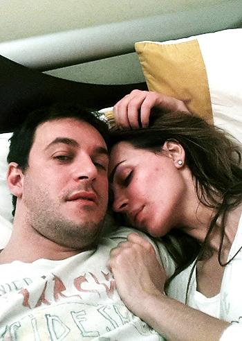 Nina moric e matteo bobbi accoccolati sul letto nel loro nuovo nido d 39 amore foto e gossip - Foto di donne sul letto ...