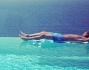 Alessandro Matri si rilassa a bordo vasca sullo sfondo di Ibiza