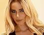 Nina Moric più bionda che mai ha posato all'evento di bellezza