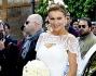Bellissima Eva Henger in abito bianco semplice ed elegante che non pecca di sex appeal