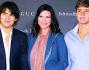 Laura Pausini beata tra i due suoi cavalieri Paolo e Jacopo Carta, la cantante mamma di Paola avuta dal compagno