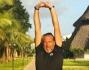 Lucio Presta si tiene in forma: eccolo mentre fa stretching prima di correre