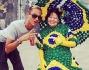 Pietro Tavallini posa insieme ad una signora vestita da bandiera del Brasile