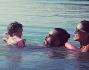 Lola Ponce in acqua con il compagno Aaron Diaz e la figlia Erin che impara a nuotare coi braccioli