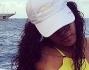 Rihanna in bikini fluo sul gommone si rilassa lontana dalle fatiche del suo tour