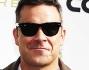 Folla di fan in delirio e di flash per l'esuberante ex cantante dei 'Take That' Robbie Williams