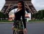 Ariadna Romero posa davanti al Torre Eiffel a Parigi