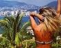 Con lei anche la sorella Cristel Carrisi in bikini che scruta l'orizzonte