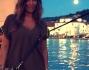 Al porto con la luna piena Selvaggia Lucarelli si concede una passeggiata