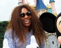 Serena Williams sorridente e felice accanto a Mickey Mouse