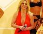 Britney Spears in una tutina rossa scollatissima insieme alle sue modelle