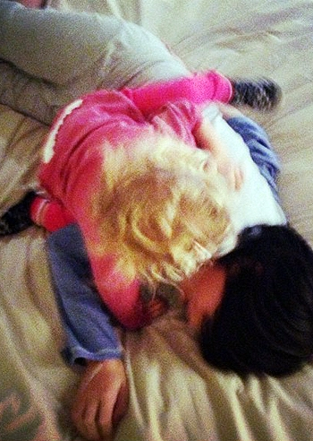 Mia e tommy giochi da fratellini sul letto di prima - Giochi da baciare sul letto ...