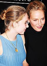 Uma Thurman e Maya due gocce d'acqua, l'attrice sul red carpet insieme alla figlia: foto