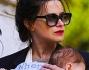 Valentina Cervi avvistata a Villa Adriana a spasso con la figlia tenuta stretta nel marsupio