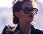 Valentina Cervi ripara con la mano il volto della piccola dagli sguardi indiscreti