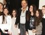 Vasco Rossi insieme al gruppo di ragazzi della Scala
