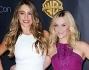 Sofia Vergara e Reese Witherspoon casual chic nei loro abiti bianco e viola tanto per non essere scaramantici
