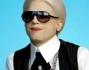Ashton Kutcher si trasforma in Karl Lagerfeld