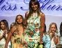 Benedetta Parodi riceve i fiori dopo la sfilata dalla figlia Eleonora a Pitti Bimbo