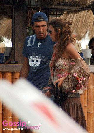 Alena_Seredova_e_Gigi_Buffon_sulla_spiaggia_di_Forte_dei_Marmi_11.jpg
