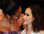 due attrici al bacio: Mimosa Campironi e Denny Mendez