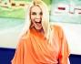 Eleonora Daniele in abito arancione fluo si diverte a raccontare l'estate