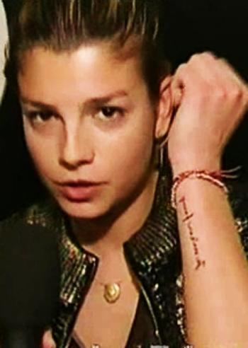 Altro su emma marrone ha un nuovo tatuaggio 39 je m 39 en - Come decapare un mobile gia verniciato di marrone ...