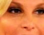 Simona Ventura un look d\'oro e un nuovo taglio di capelli per la prima puntata del tanto attesa reality show \'L\'isola dei Famosi\'