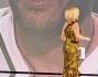 Simona Ventura un look d'oro e un nuovo taglio di capelli per la prima puntata del tanto attesa reality show 'L'isola dei Famosi' con Walter Garibaldi nel video wall indiretta dall'Honduras