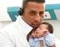 Remo Nicolini tiene in braccio il figlio Gabriel