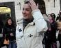 La corteggiatrice Valentina Arquilla a Piazza di Spagna: in mano il mazzo di fiori regalatole da Marcelo