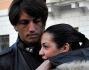 Marcelo Fuentes abbraccia la sua corteggiatrice Valentina Arquilla a Piazza di Spagna, nel cuore di Roma