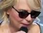 Maria De Filippi si presenta con gli occhiali da sole in studio per la puntata di Uomini e Donne