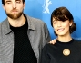 Alessandra Mastronardi insieme a Dane DeHaan e Robert Pattinson ha posato per i fotografi