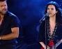 Laura Pausini scatenatissima sul palco insieme a Ricky Martin per la prima puntata dello show